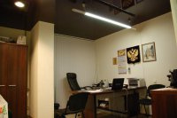 Офисное помещение с черным потолком