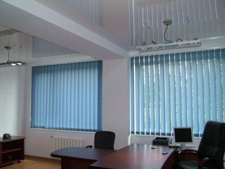 Офисное помещение с глянцевым потолком