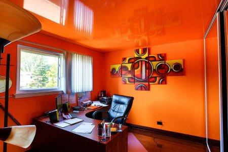 Оранжевый натяжной потолок в кабинете
