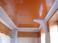 Оранжевый потолок в ванной комнате