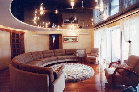 Овальный натяжной потолок в гостиной
