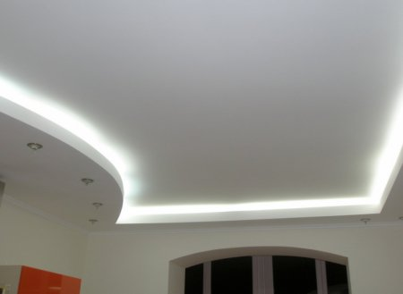 Парящий натяжной потолок на кухне