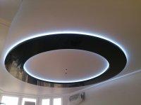 Парящий потолок для гостиной с люстрой