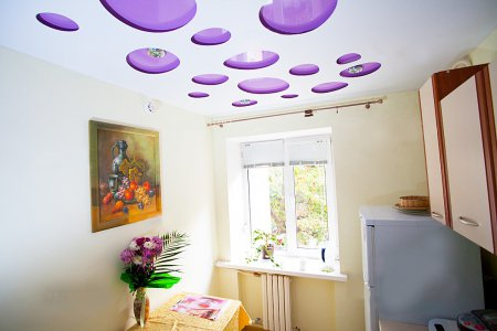 Перфорированный натяжной потолок на кухне
