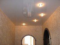 Прихожая с глянцевым белым потолком