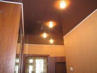 Прихожая с коричневым натяжным потолком