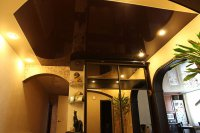 Прихожая с коричневым потолком