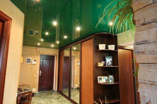 Прихожая с зеленым натяжным потолком