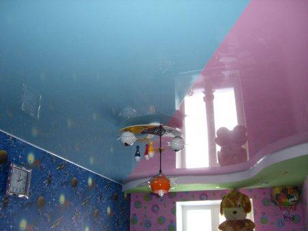 Разноцветный натяжной потолок в детской