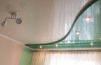 Разноцветный натяжной потолок в спальне