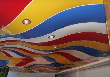 Разноцветный натяжной потолок