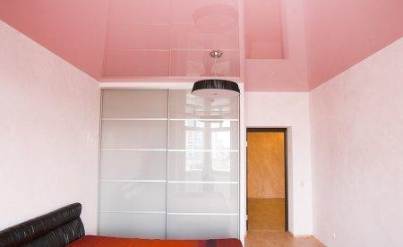 Розовый натяжной потолок для спальни