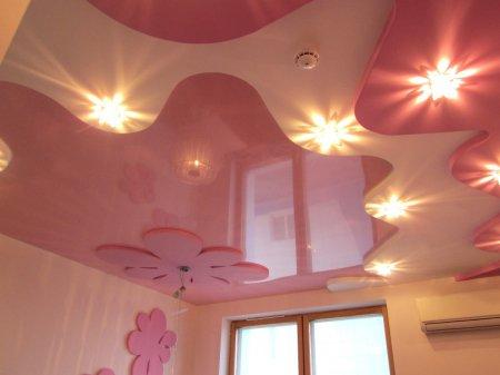 Розовый натяжной потолок в детской комнате
