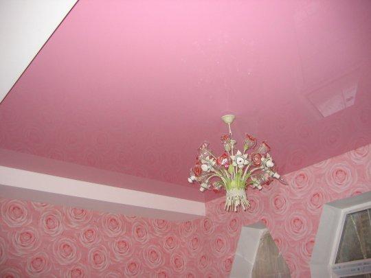 Розовый натяжной потолок в гостиной