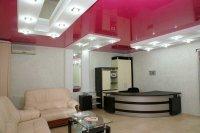 Розовый натяжной потолок в офисе