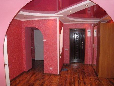 Розовый натяжной потолок в прихожей