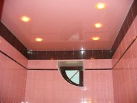 Розовый натяжной потолок в ванной