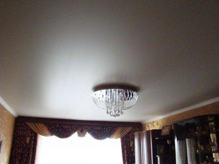 Сатиновый белый потолок с люстрой