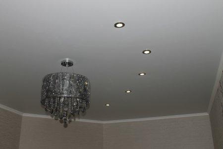Сатиновый белый потолок в кабинете