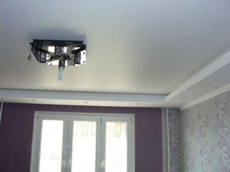 Сатиновый белый потолок в спальне