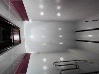 Сатиновый белый потолок в ванной