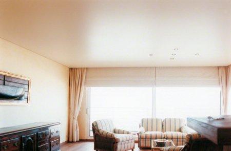 Сатиновый натяжной потолок для гостиной
