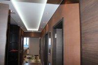 Сатиновый натяжной потолок для прихожей