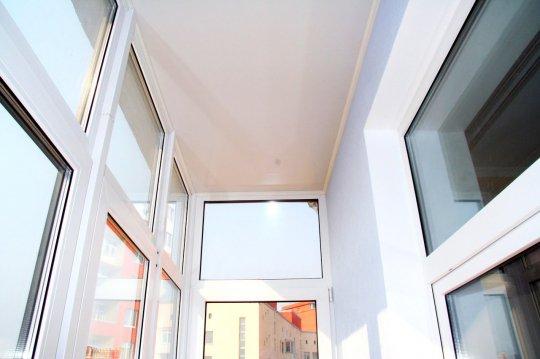 Сатиновый натяжной потолок на балконе