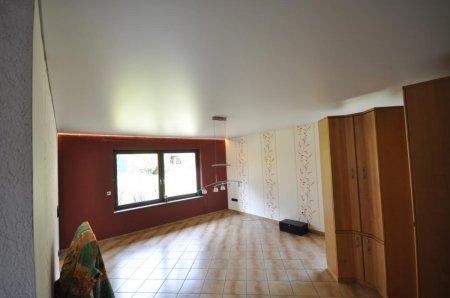 Сатиновый натяжной потолок с люстрой