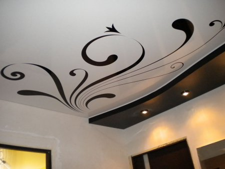 Сатиновый натяжной потолок в прихожей