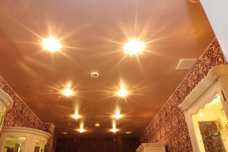 Сатиновый потолок для гостиной