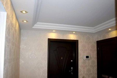 Сатиновый потолок для прихожей