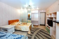Сатиновый потолок для спальни с люстрой