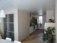Сатиновый потолок для студии с люстрой