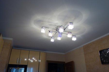 Сатиновый потолок с люстрой на кухне