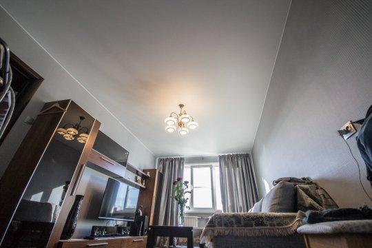 Сатиновый потолок в гостиной с люстрой