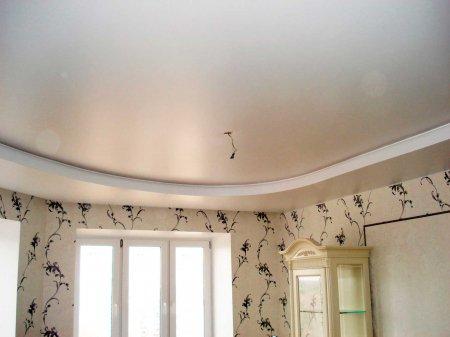 Сатиновый потолок в гостиной