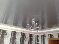 Серый натяжной потолок для спальни