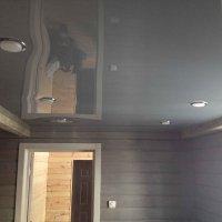 Серый натяжной потолок в прихожей