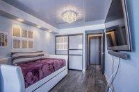 Серый натяжной потолок в спальне