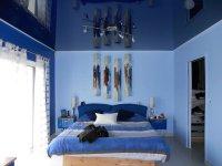 Синий глянцевый натяжной потолок