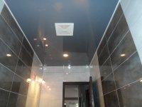 Синий глянцевый потолок в ванной