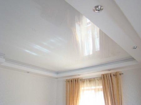 Спальня с белым натяжным потолком