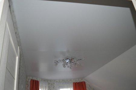 Спальня с белым сатиновым потолком
