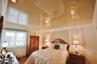 Спальня с бежевым натяжным потолком