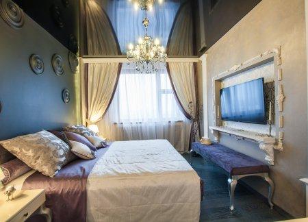Спальня с черным натяжным потолком