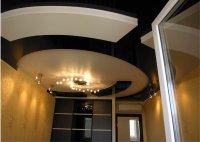 Спальня с черным сатиновым потолком