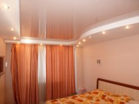 Спальня с глянцевым потолком