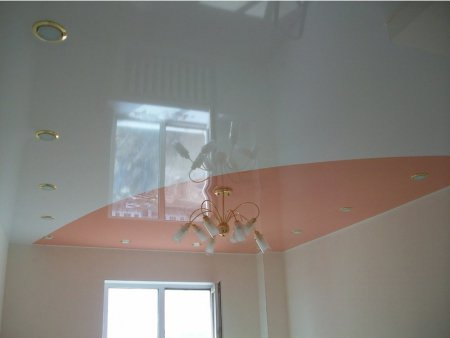 Спальня с глянцевым цветным потолком