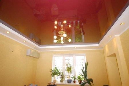 Спальня с натяжным потолком и люстрой